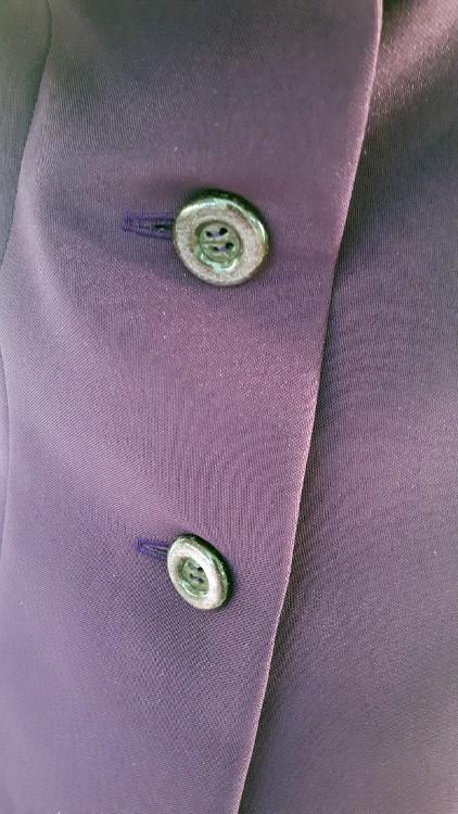 Détail d'une veste à col de pigeon, zoom sur le boutonnage - modèle exemple des ateliers Rêve à Soie