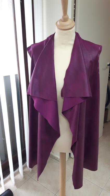 Gilet col drapé en simili cuir - réalisation d'une élève des ateliers Rêve à Soie