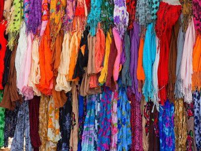 Tissus pendus colorés
