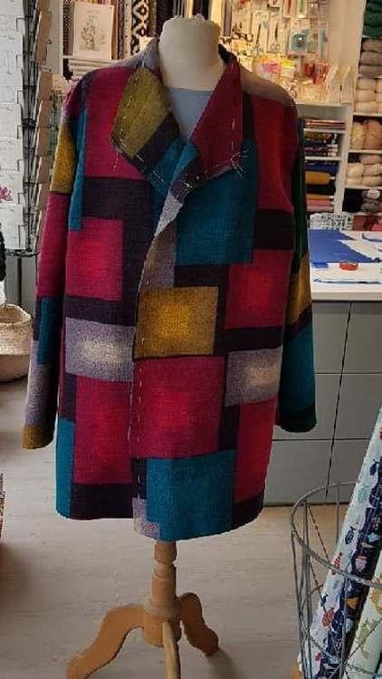 Manteau coloré - création d'une élèves des ateliers Rêve à Soie