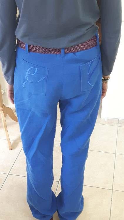 Pnatalon en lin bleu - dos - une réalisation d'une élève des ateliers Rêve à Soie