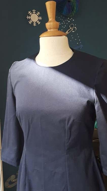Robe bleu marine ajustée - une réalisation d'une élève des ateliers Rêve à Soie