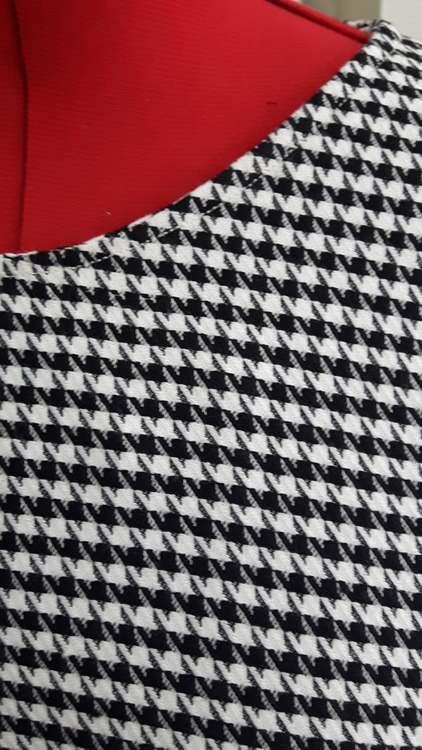 Robe à motifs pieds de poule - détail d'encolure - une réalisation d'une élève des ateliers Rêve à Soie