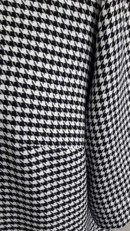 Robe à motifs pieds de poule - détail pince de poitrine - une réalisation d'une élève des ateliers Rêve à Soie