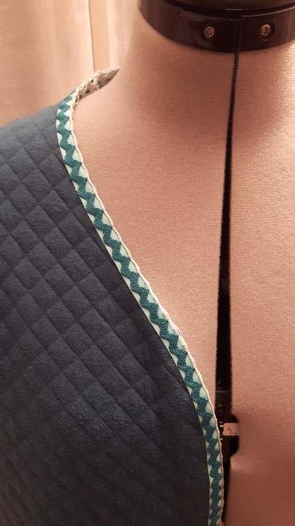 Veste d'intérieur - détail de l'encolure - une réalisation des ateliers Rêve à Soie