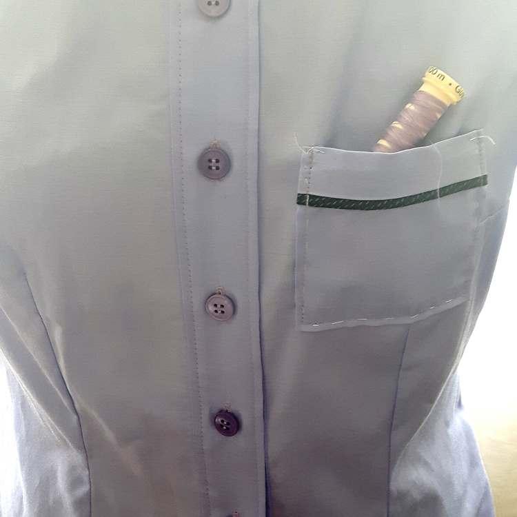 Détails d'un chemisier en satin de coton - col officier, réalisation-exemple des ateliers Rêve à Soie