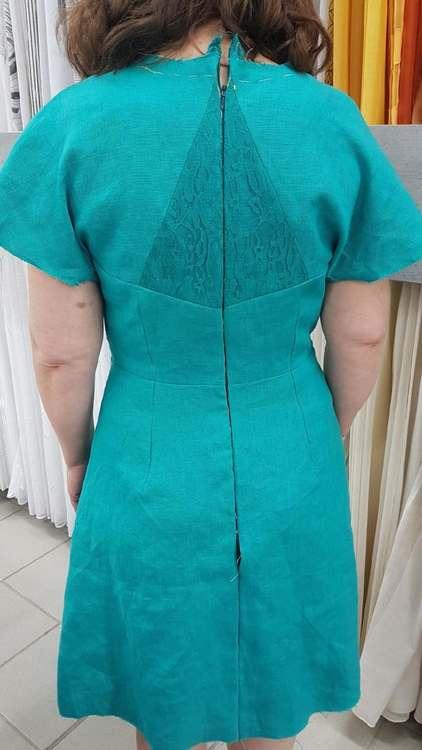 Vue de dos d'une robe vert émeraude réalisée par une élève des ateliers Rêve à Soie