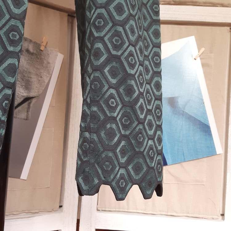 Ensemble jacquard hexagonal (détail pantalon) - réalisation-exemple des ateliers Rêve à Soie