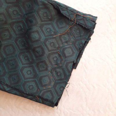 Ensemble jacquard hexagonal (détail création de l'ourlet du pantalon) - réalisation-exemple des ateliers Rêve à Soie
