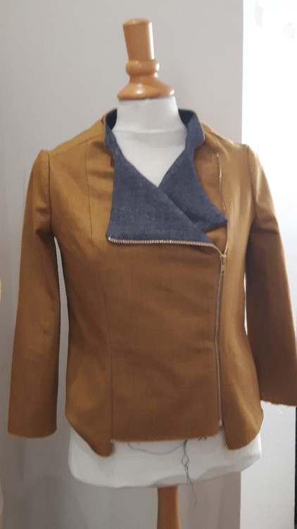 Veste jaune à col à revers bleu jean - une réalisation d'une élève des ateliers Rêve à Soie