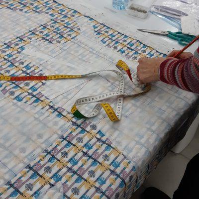 Travail de coupe durant un atelier Rêve à Soie